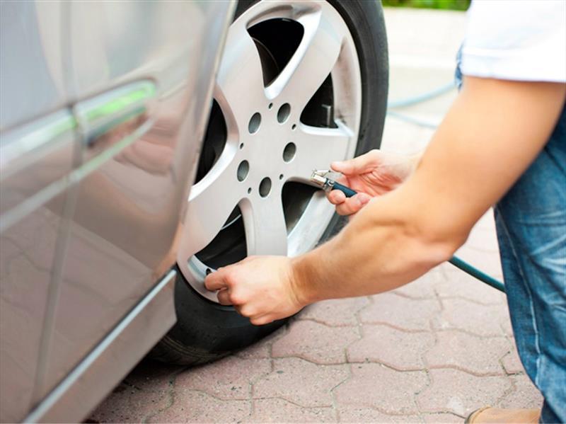 Pinchazo: cómo cambiar una rueda, sin sucumbir en el intento