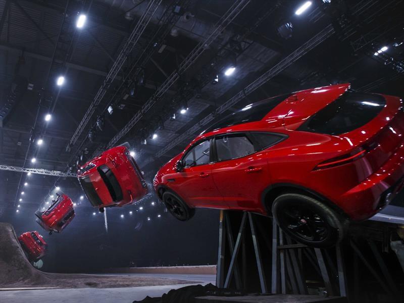 Jaguar E-Pace realiza el salto con giro más largo del mundo