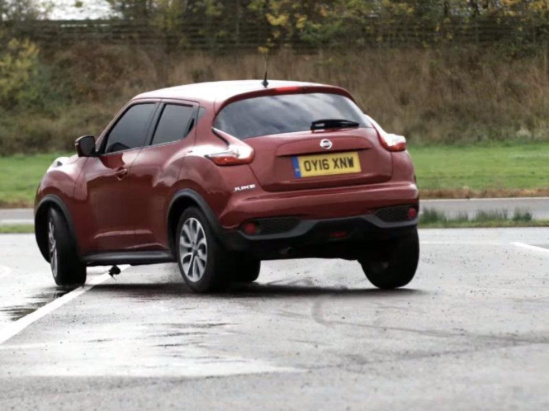 Nissan Juke impone récord de giro en reversa a ciegas