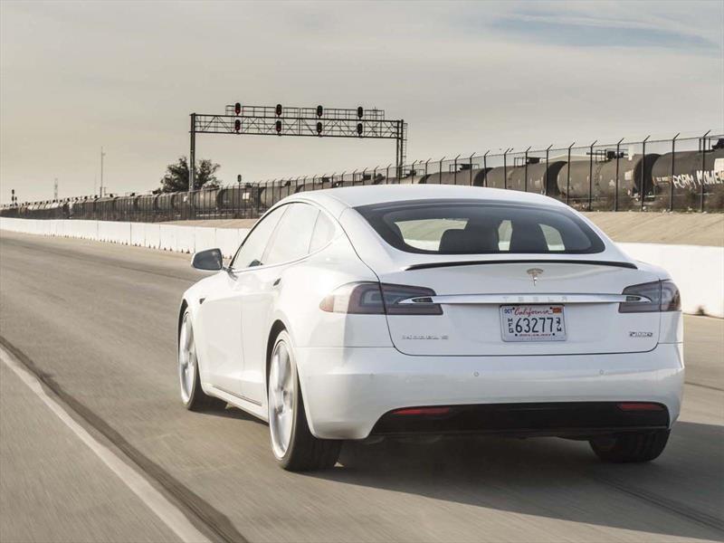 Tesla Model X hizo morder el polvo a un Lamborghini Aventador SV
