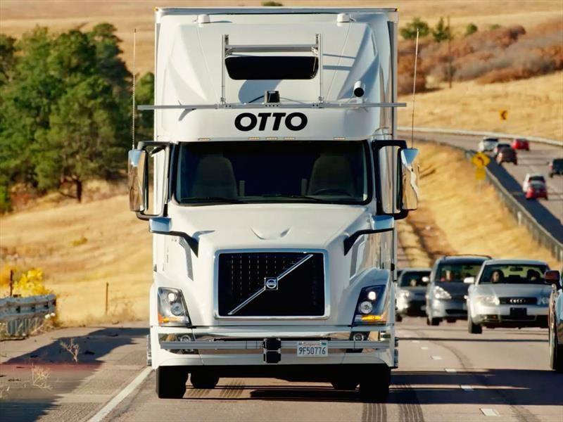 Camión autónomo con remolque transporta a 50 mil cervezas