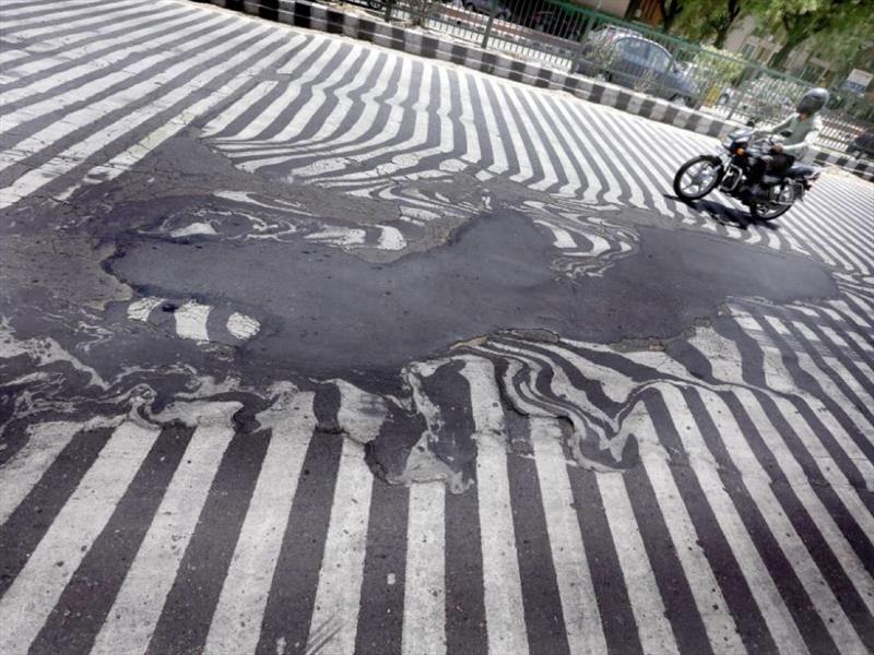 Las calles se derriten en India por las altas temperaturas