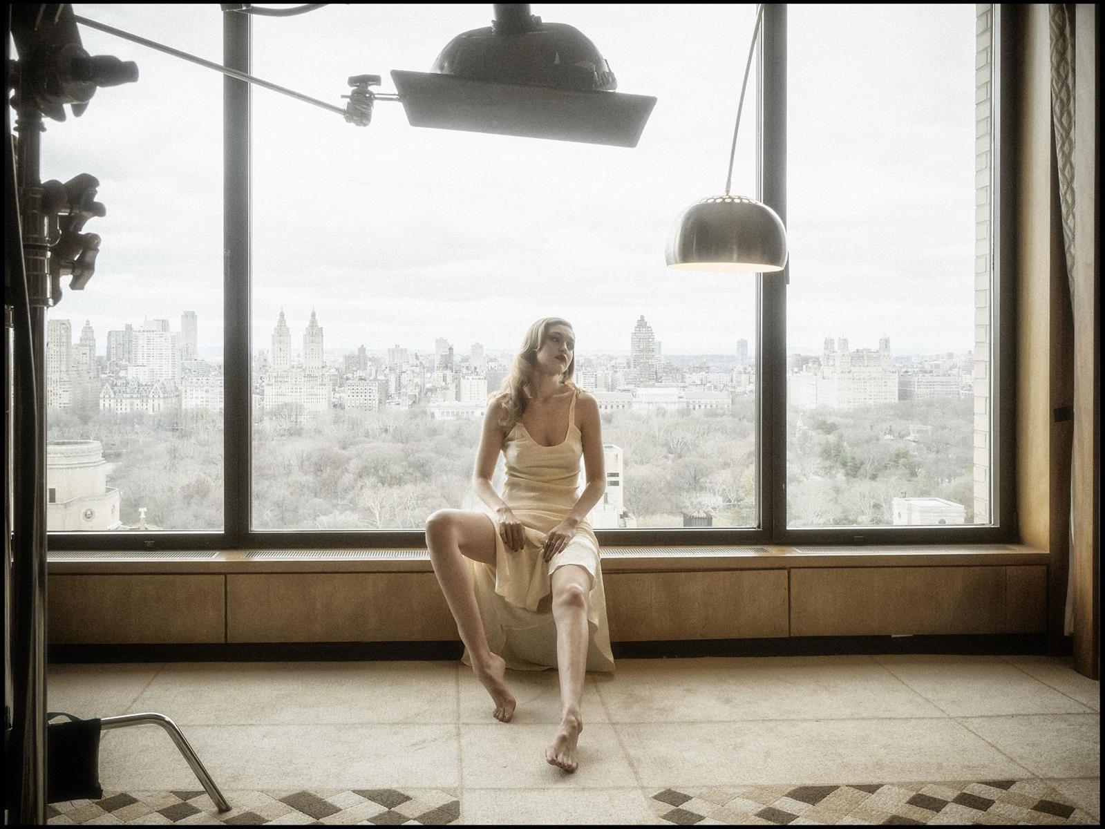 Laetitia casta topless dans le grand appartement - 1 1