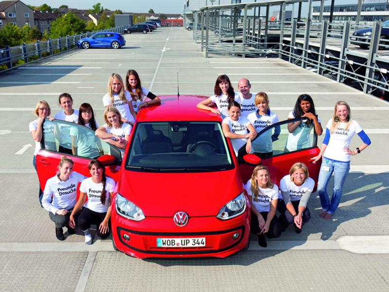 16 personas dentro de un Volkswagen Up!
