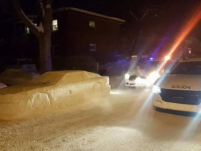 Auto de hielo engaña a policías