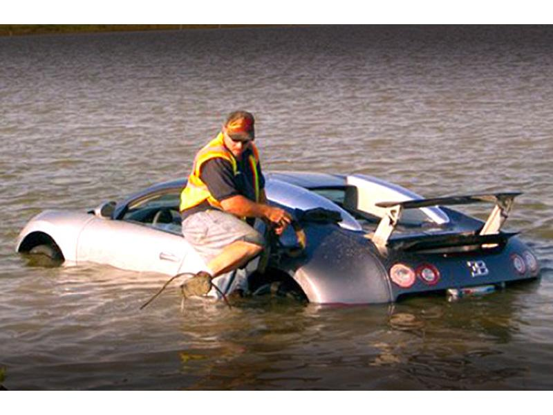 Top 10: Bugatti Veyron se hunde en una laguna