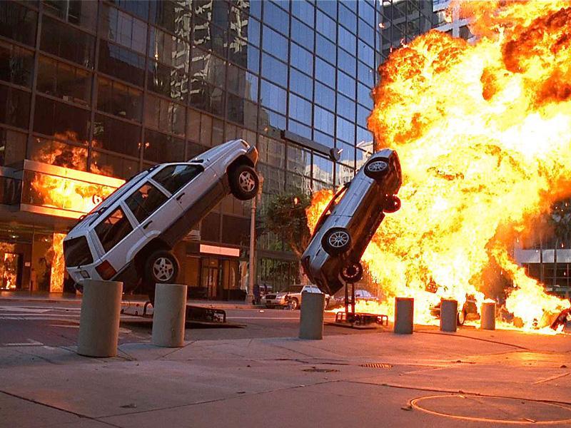 Los coches explotan al chocar