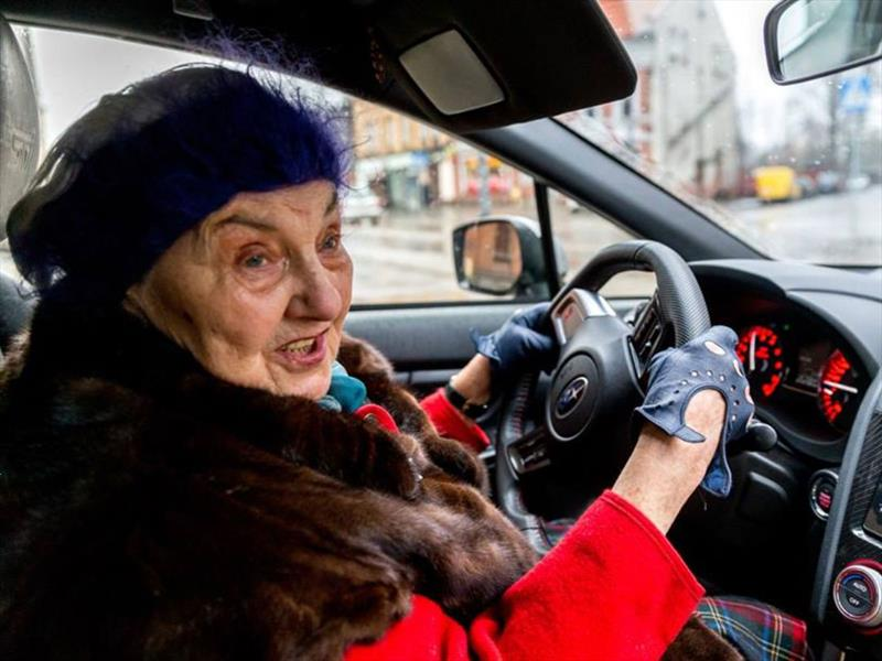 La abuela que pasea en un Subaru Impreza WRX STi