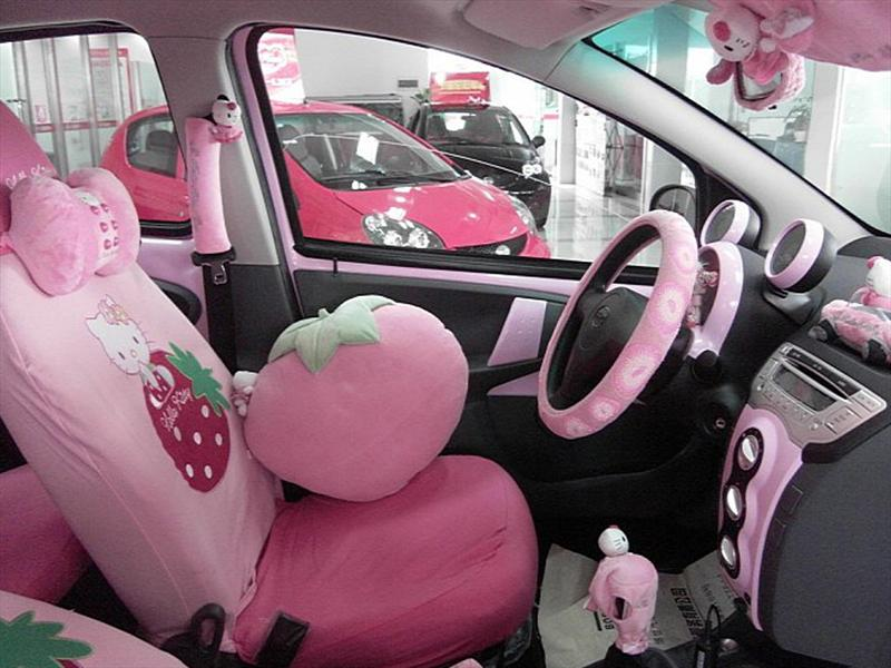 Auto chino dedicado a Hello Kitty