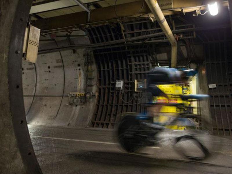Ciclista cruza el Eurotunnel en bicicleta