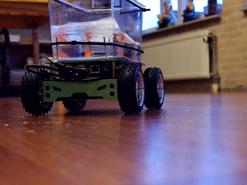 La pecera motorizada y conducida por un pez