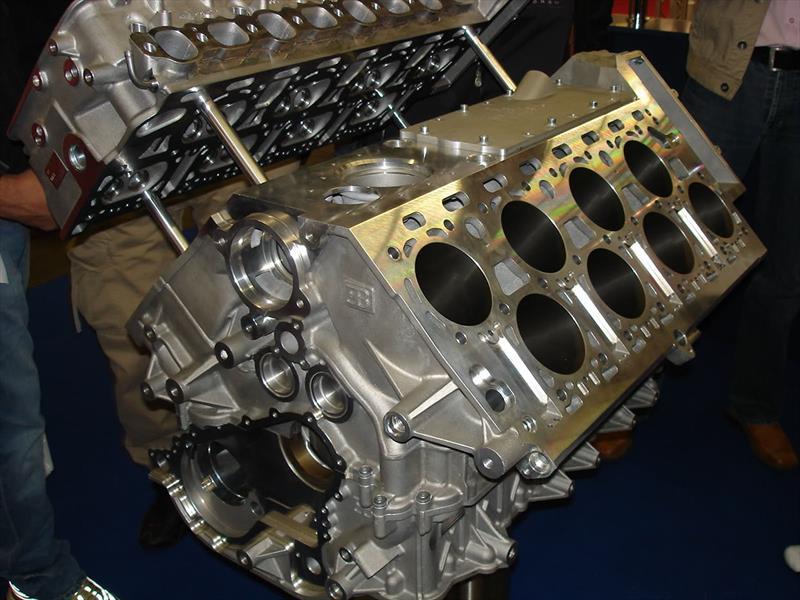 Motor W 16 del Bugatti Veyron creado a base de unir dos V8 con ángulo cerrado.
