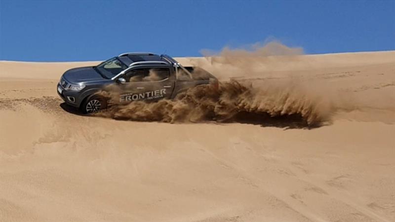 Nissan Frontier en los médanos
