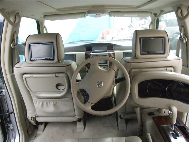 Camioneta con conductor en el asiento trasero