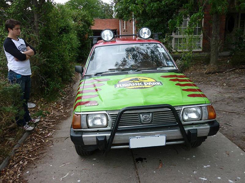 Subaru trasformado en vehículo de Jurassic Park