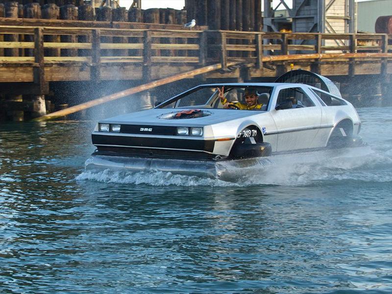 Un DeLorean volador de Volver al Futuro