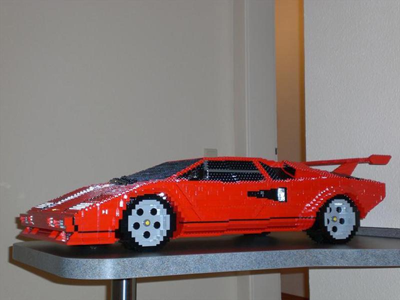 Lamborghini Countach construido con piezas de LEGO