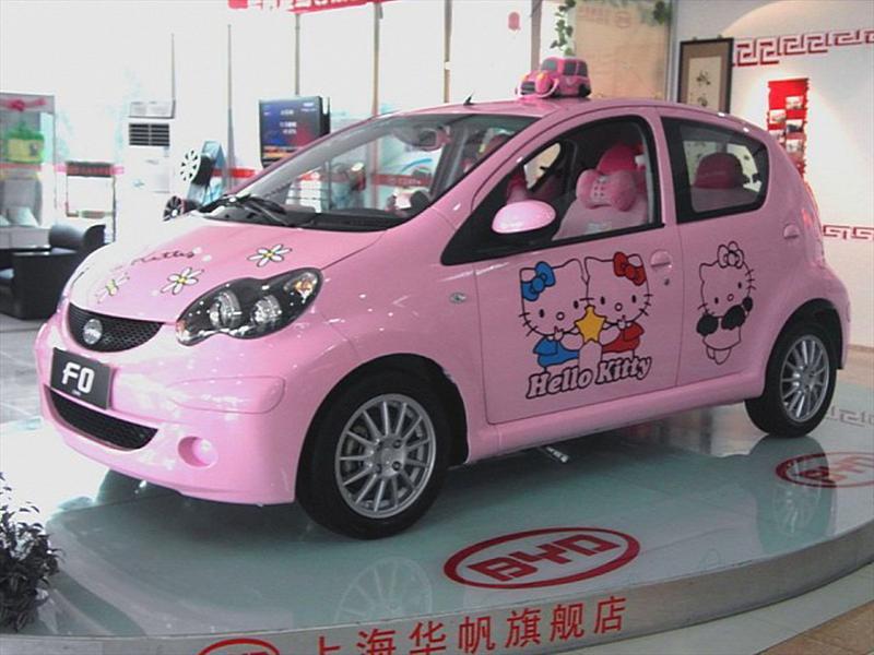 Auto chino dedicado a Hello Kitty
