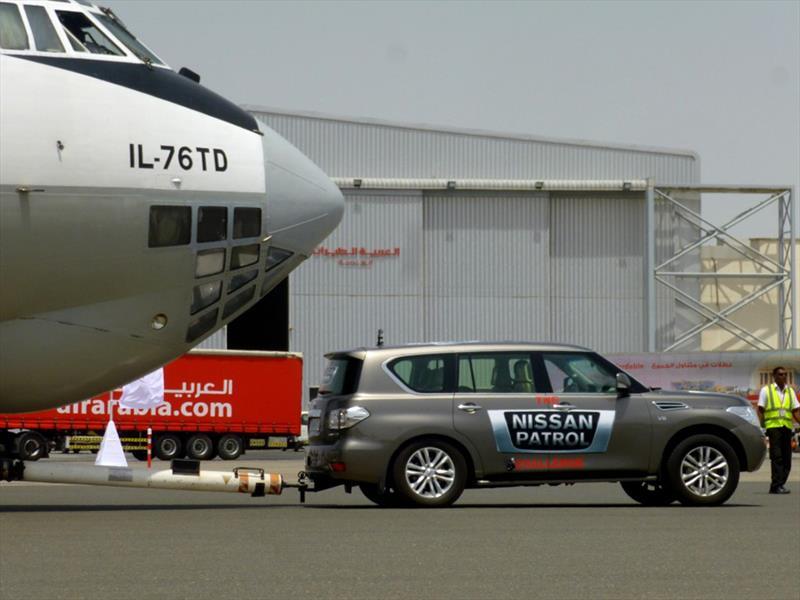 Nissan Patrol arrastrando avión de 170 toneladas