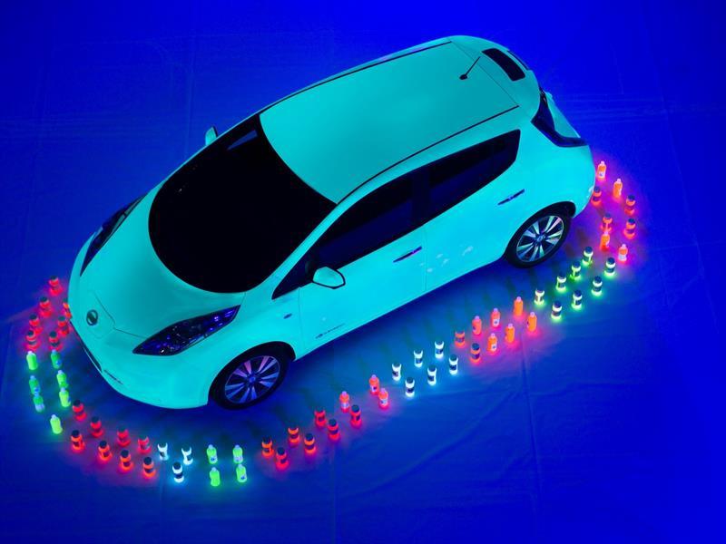 Nissan crea la pintura fluorescente más grande