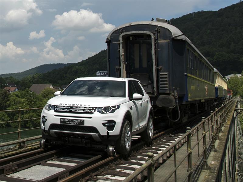 Un Land Rover Discovery Sport remolca un tren