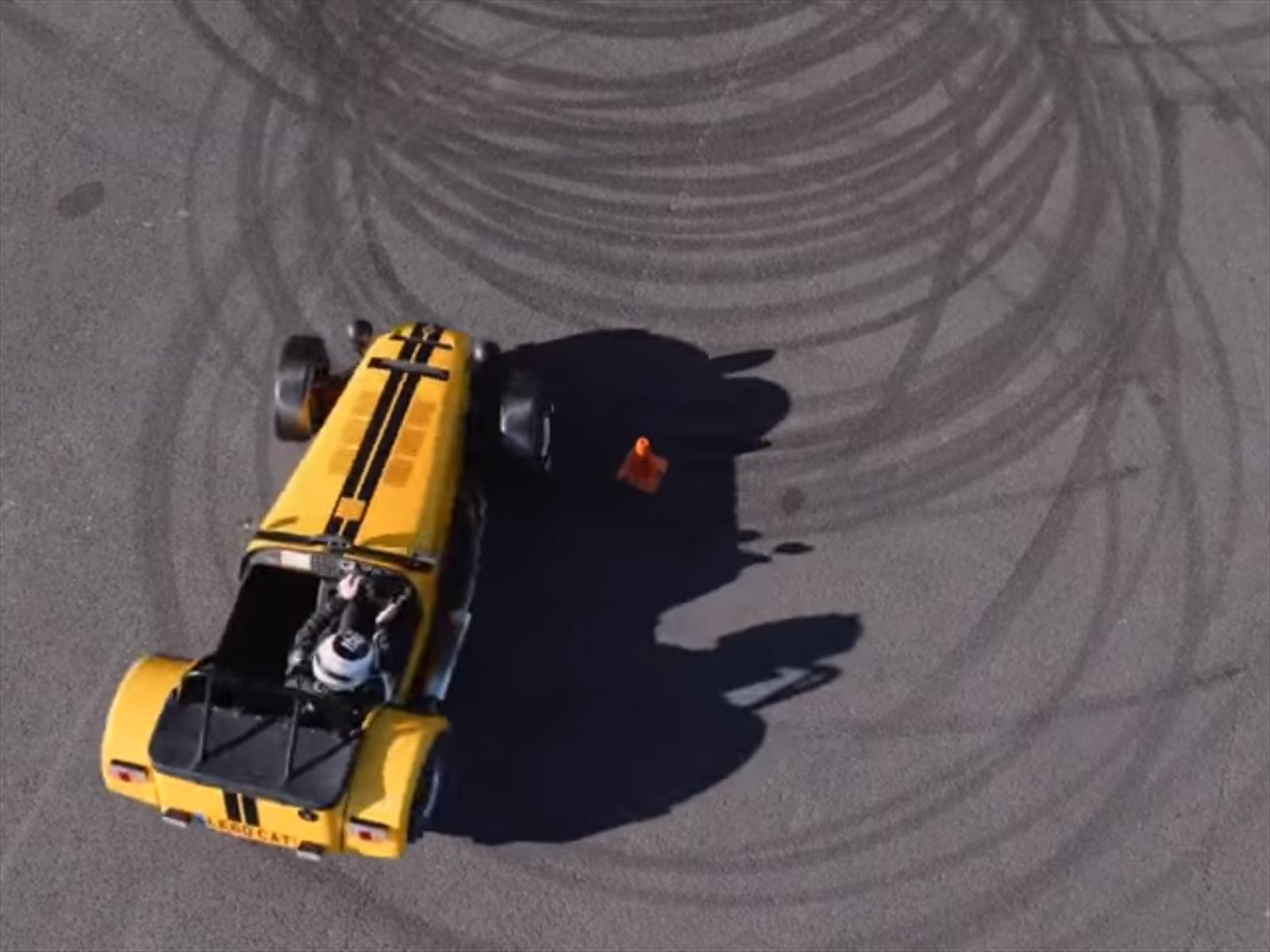 "Un Caterham Seven 620R logró el récord de ""donas"" en un minuto"
