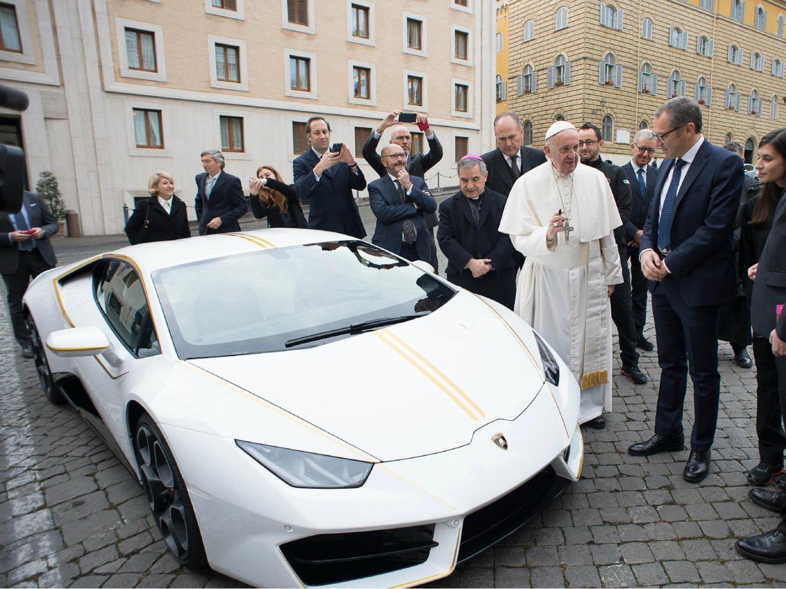 El Papa Francisco recibe un Lamborghini Huracán