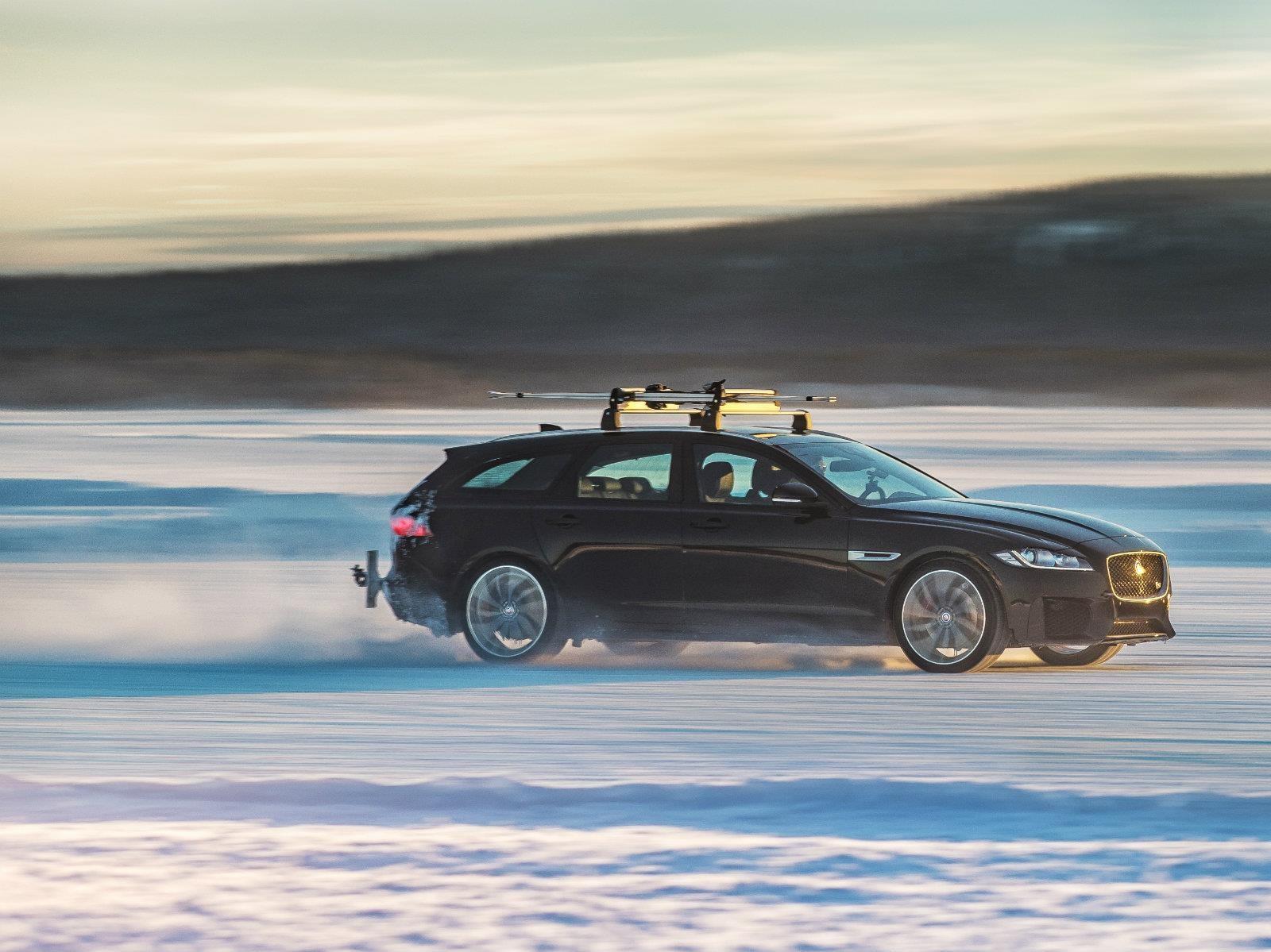 Jaguar XF hace récord de velocidad remolcando a un esquiador
