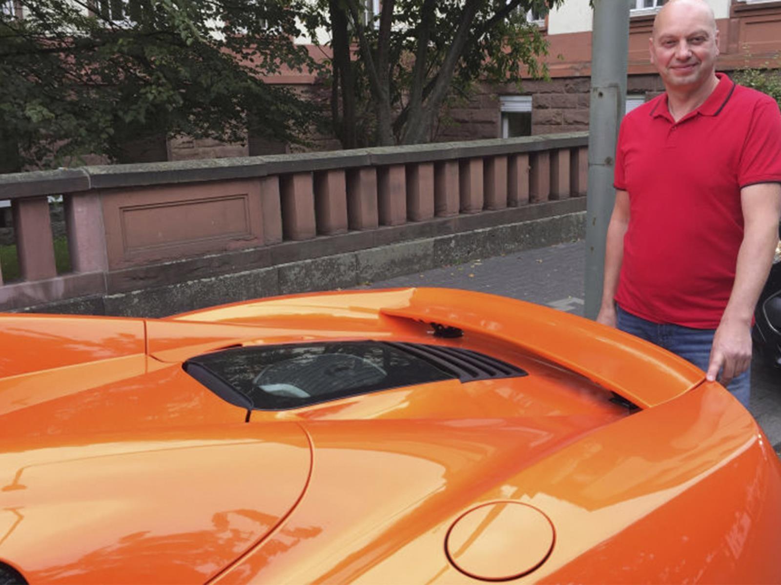 Burro ataca a un McLaren 650S