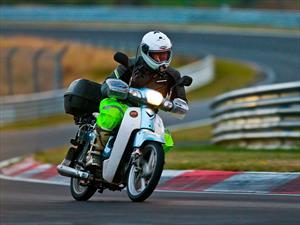 Recorre 11,000 millas en su scooter para conducir en Nürburgring
