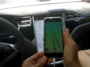 Conductor usa el AutoPilot de su Tesla Model X para atrapar Pokémones