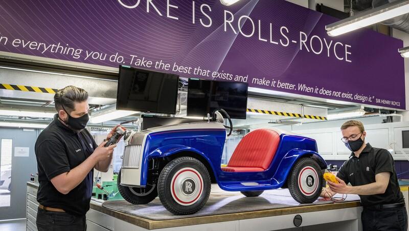 Este mini Rolls Royce eléctrico recibe su primera mantención