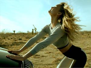 Video: Bar Refaeli y Buick te enseñan a hacer yoga en el auto