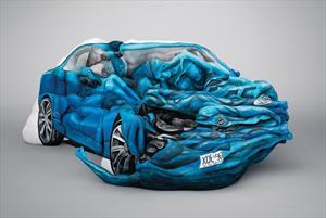 Cuerpos humanos forman escultura de auto chocado