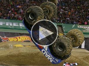 Video: Brutal giro en el aire de un monster truck