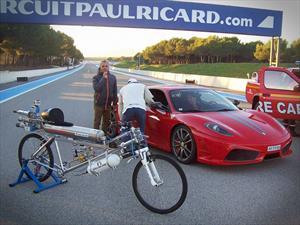 Video: Bicicleta-cohete pilotada por un demente vs Ferrari 430 Scuderia