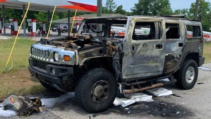 Hombre incendia su Hummer al transportar gasolina en contenedores