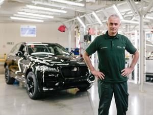 Mourinho se lleva el Jaguar F-Pace número 100 mil