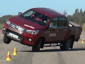 "Toyota Hilux falla en la ""prueba del alce"""