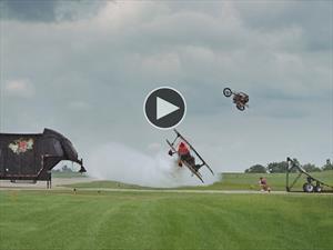 Video: Salta con una moto sobre un avión volando