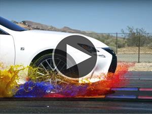 Un Lexus RC F Sport en slow motion pasando sobre charcos de pintura