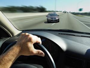 ¿Qué debe hacer si un vehículo viene de frente?