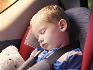 Dos padres fabrican dispositivo para evitar que deje a su hijo en el carro