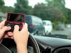 ¿Mandar mensajes de texto manejando es peor que conducir alcoholizado?