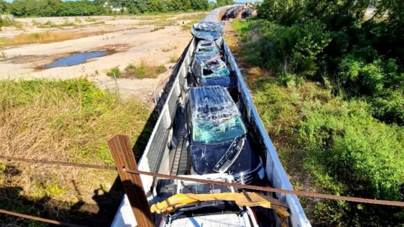 Tren impacta con el techo de un puente y destroza los autos nuevos que transportaba
