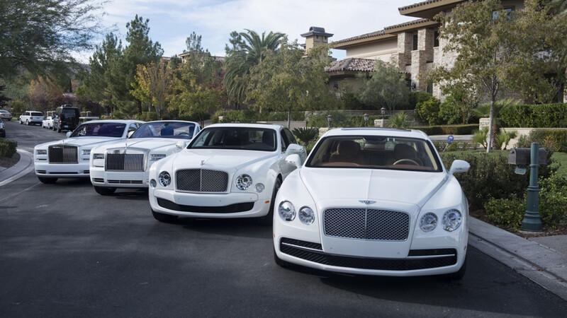 Floyd Mayweather se pavonea con su colección de autos blancos