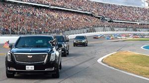Donald Trump recorre el autódromo de Daytona a bordo de La Bestia