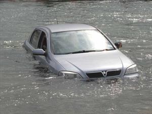 Cómo escapar de un automóvil que se hunde en el agua
