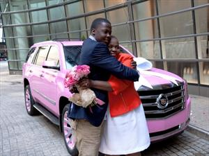 Regala a su mamá una Cadillac Escalade 2015 completamente rosa
