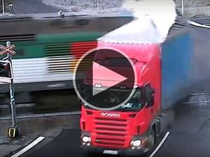 Al no hacer caso del semáforo un camión es impactado por un tren
